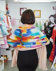 Foulard de colores múltiples de seda con forro rosa. medidas 1,88 cm. de largo y 65 cm. de ancho