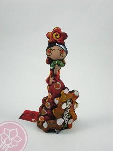 Gitana con abanico. Esta pieza de cerámica es obra del artista gaditano Antonio Ruano.