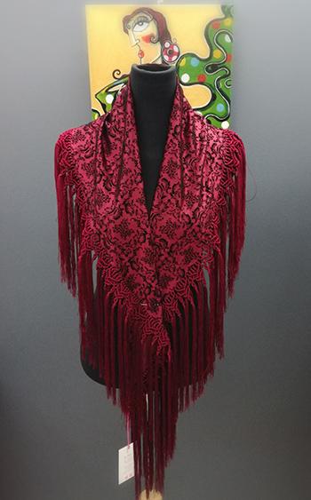 Mantoncillo de tela brocada con flecado artesanal preciso y elaborado. medidas 150 x 90 cm.