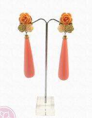 Pendiente en forma de lágrima color rojo con adornos de flores de la firma onubense Morlote.