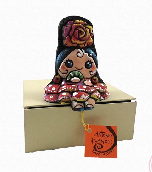 Figura de una gitana sentada con peina y mantilla. Esta pieza de cerámica es obra original del artista gaditano Antonio Ruano.