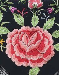 detalle manton negro flores