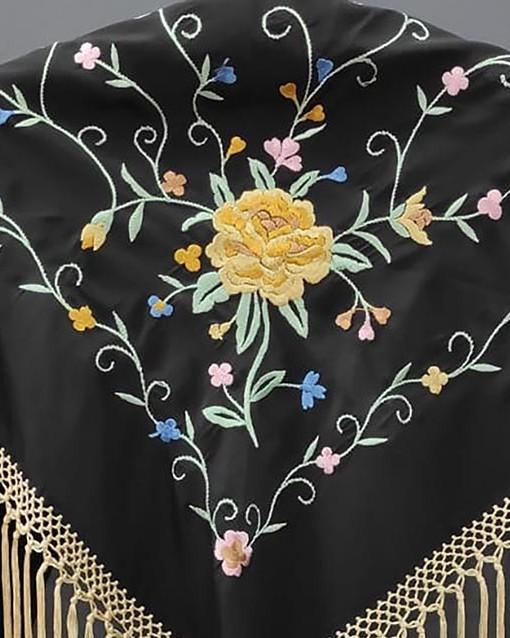 detalle manton estampado negro y vainilla7