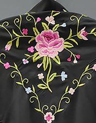 detallre manton estampado negro rosa