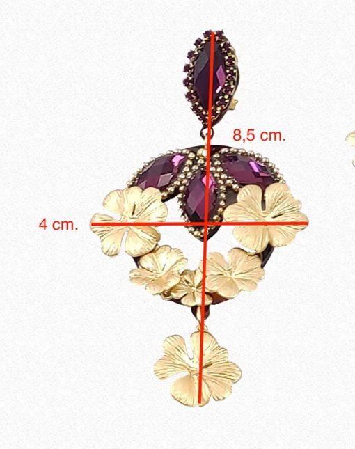 Pendientes con diseño exclusivo y muy favorecedor con piedra y flores doradas. Medidas 8,5 cm de largo y 4 cm. de ancho.