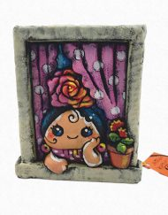 Figura de una gitana asomada a la ventana. Esta pieza de cerámica es obra original del artista gaditano Antonio Ruano.