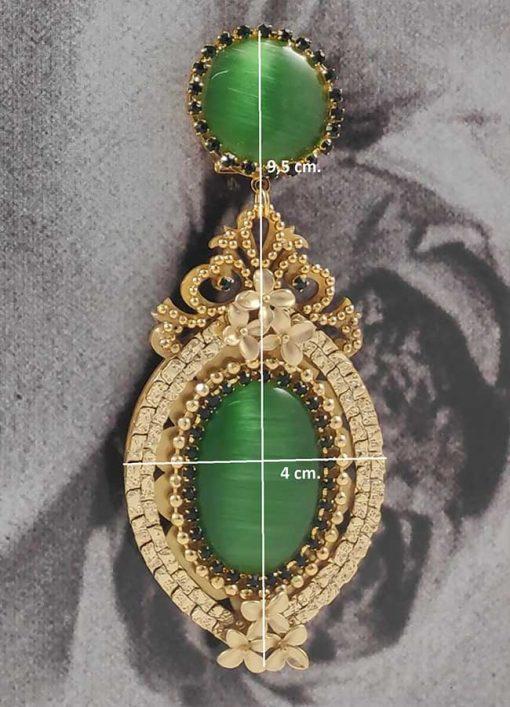 detalle pendiente dorado piedra verde