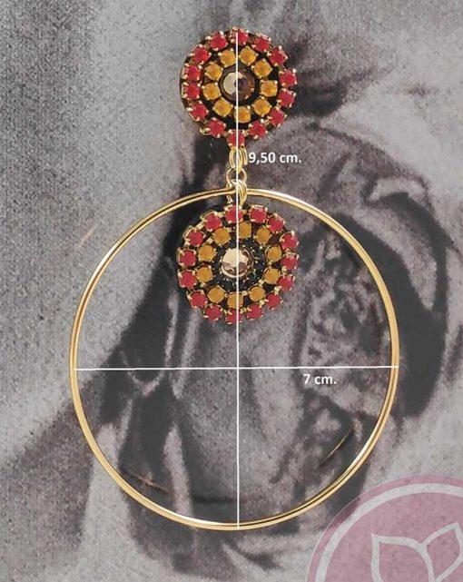 detalle pendiente dorado piedras rojas y amarillas