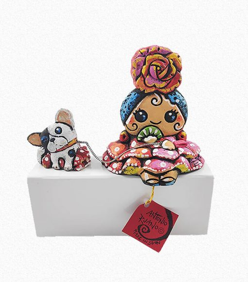 Figura de una gitana con Bulldog. Esta pieza de cerámica es obra original del artista gaditano Antonio Ruano.