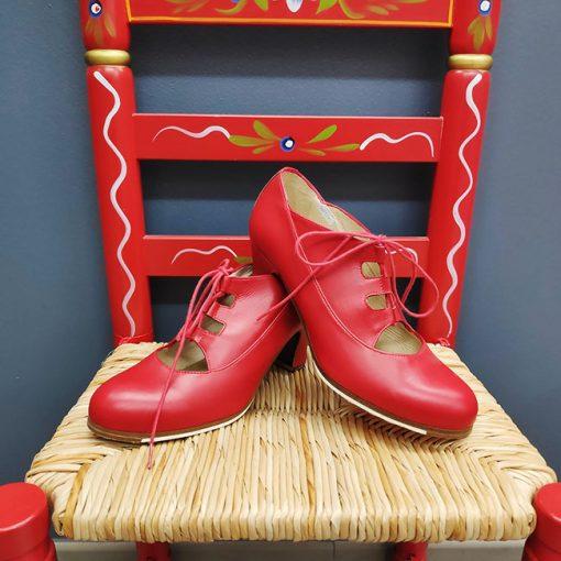 Zapato de Baile Flamenco mod. ANTIGUO en piel de color rojo con cordones del número 39 europeo, con tacón de carrete forrado del mismo color , de 6 cm., de la casa Begoña Cervera