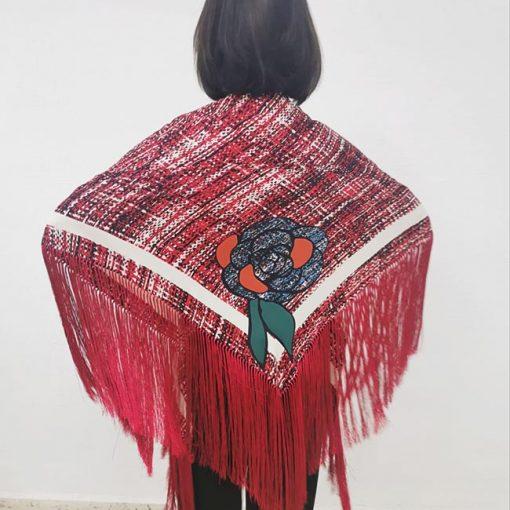 Mantón artesanal grande de seda con flecos rojos. Medidas 190 cm. x 115 cm. Este mantón es exclusivo para Hispania Flamenco.