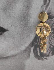 Pendientes aro dorado adornado con cadenas de la firma sevillana Artesanía Carvajal. Complementos únicos realizados artesanalmente, perfectos tanto para eventos especiales como para flamenca.