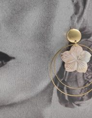 Pendientes dorados con doble aro decorado con una flor de nacar diseño de la artesana TETÉ . Complementos únicos realizados artesanalmente, perfectos tanto para eventos especiales como para flamenca.