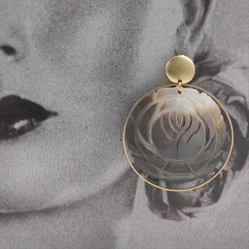 Pendientes aro dorado adornado con una rosa grande de nacar diseño de la artesana TETÉ . Complementos únicos realizados artesanalmente, perfectos tanto para eventos especiales como para flamenca.