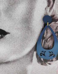 Pendiente aro en madera con estampado de la firma NARU. Todas las joyas están hechas en madera compacta y presentadas en cartón reciclado. Cada una de ellas está sellada, pero al ser de madera no debe estar en contacto con agua, perfumes y otros derivados. Este artículo es totalmente ARTESANAL y hecho en España.